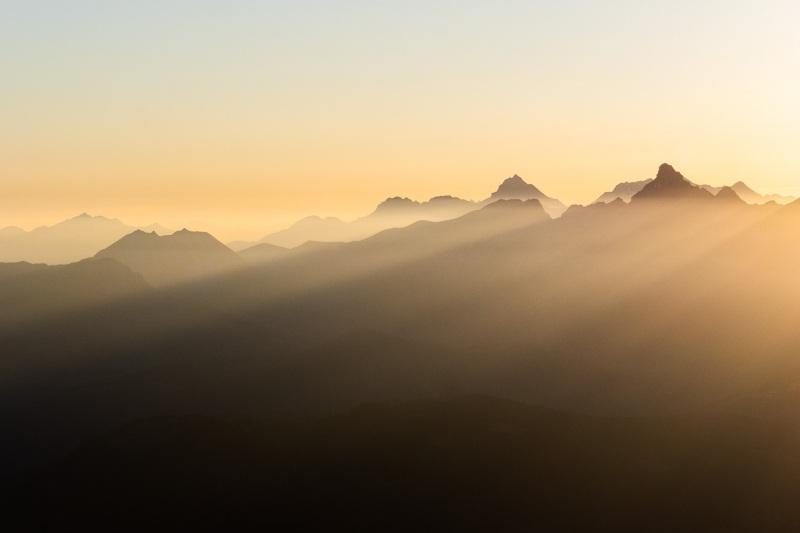 Le soleil joue avec les montagnes et un léger voile