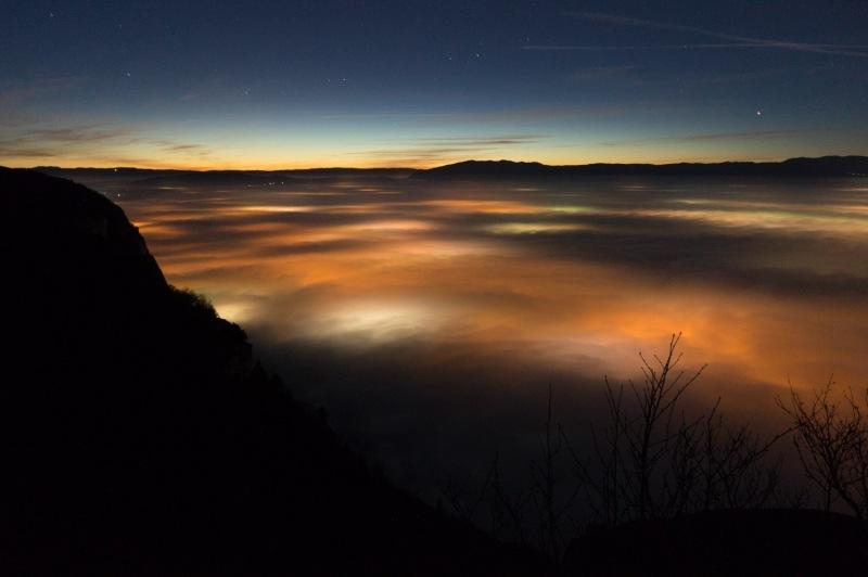 La mer de nuage c'est toujours plus beau depuis au dessus ! Et même la nuit ! Les lumières des villes brillent en dessous uniformément pour nous offrir ce spectacle vivant. Prise depuis le Salève, au dessus de Genève avec le Jura en face